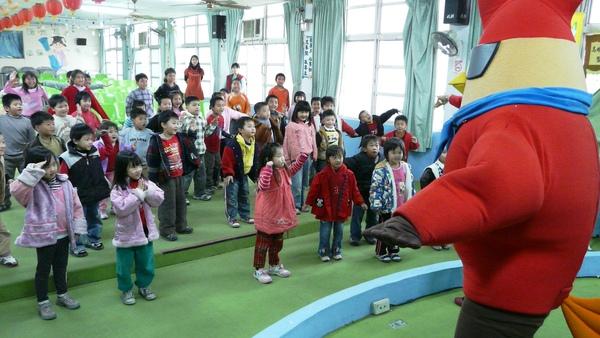 跟著雞超人一起唱唱跳跳.JPG