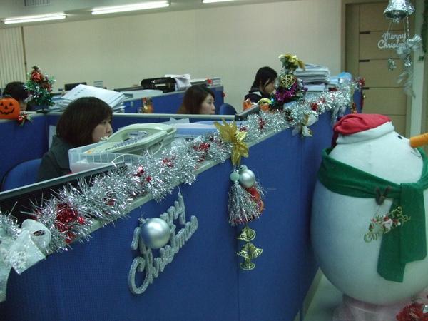012-吉帝旅遊2009聖誕節3樓-前牌都掛滿了可愛吊飾.JPG