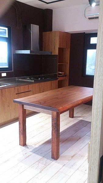 雙自然皮邊禾木拼板桌