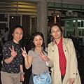 西子灣碼頭前的三個女人