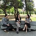 公園裡三女子