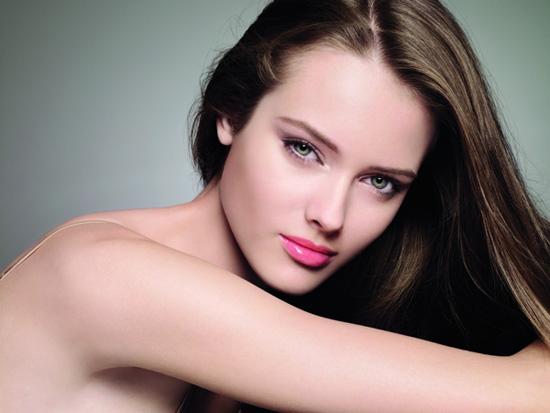 Chanel-Vitalumiere-Aqua-Ultra-Light-Skin-Perfecting-Makeup-SPF15-fall-2010.jpg