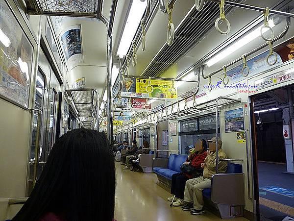 大阪環狀線普通車車廂內