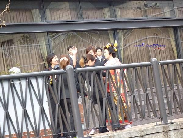 道頓堀川畔正在拍婚紗的新婚夫婦