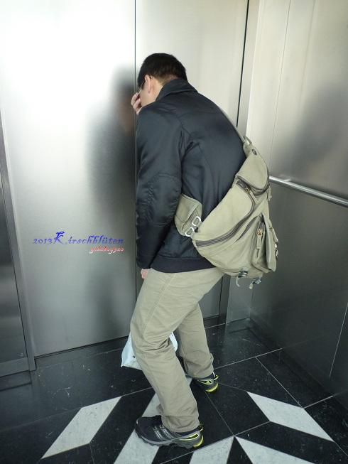 通往大阪府咲洲庁舎展望台的電梯內軟腳