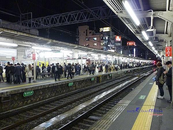 晚上九點多的阪急電鐵淡路站