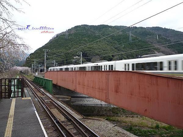 トロッコ龜岡駅旁的JR列車
