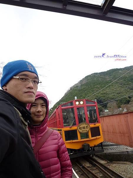 トロッコ龜岡駅月台上看小火車進站