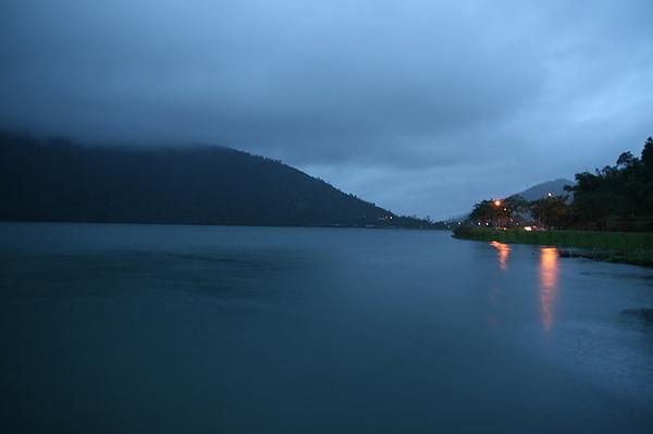 湖邊很美,很有靈氣