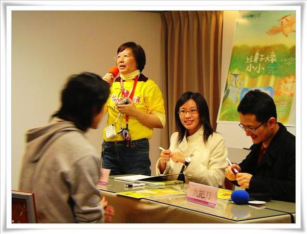 師奶小芳在宣傳台灣啦啦隊的精神,她是個很酷也很熱心的人