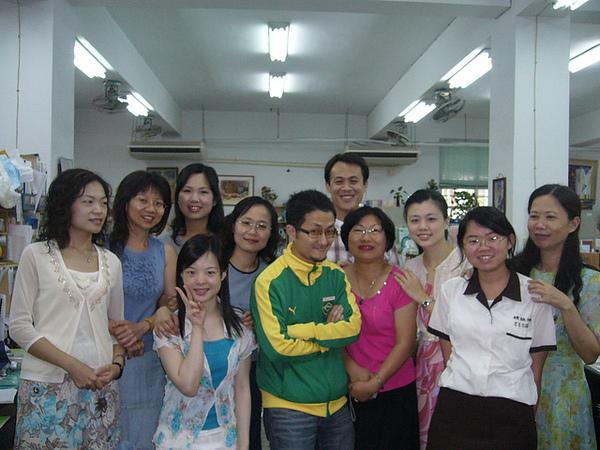 跟辦公室的國文老師群合照