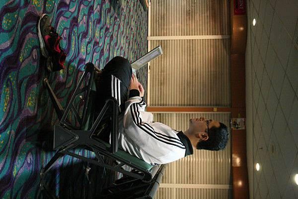 在機場盤坐寫小說