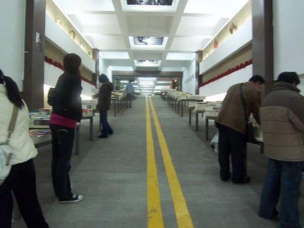 很怪的地下停車場書店