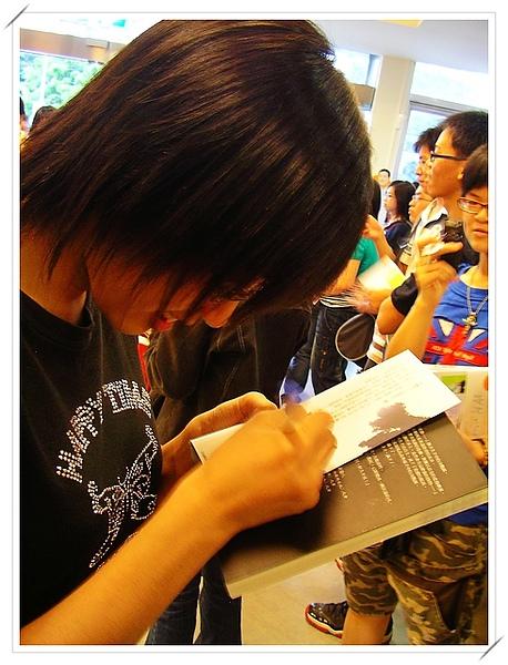 小郭襄也很專注簽名,親一下