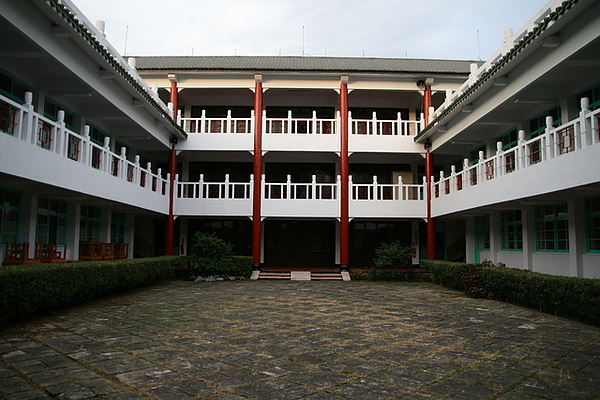 一樓是社區活動的教室跟托兒所