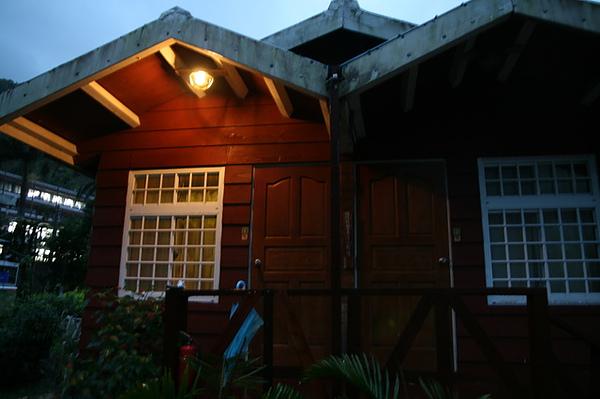 晚上住在莫內花園,小木屋