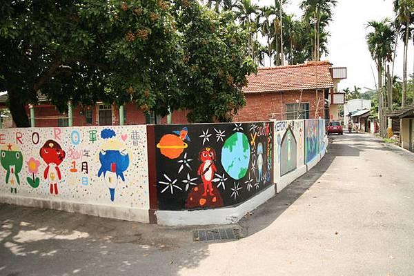 小孩子清一色在古樸的牆上畫上keroro