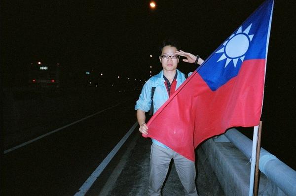 某個大橋上的國旗