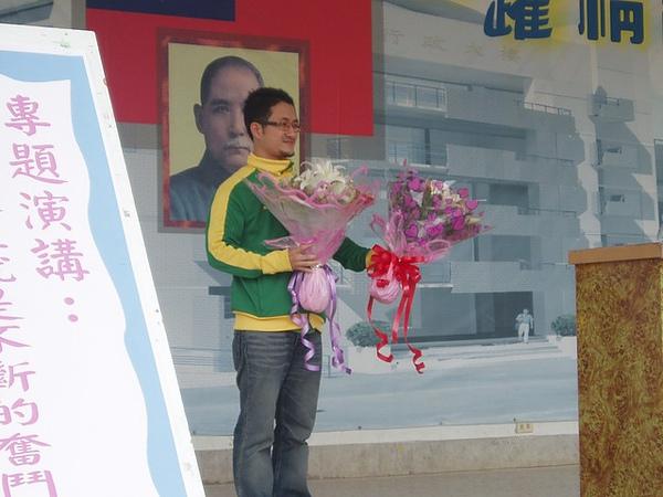 表情漠然的學生送給我官方的花,哈哈