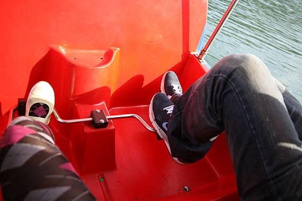 在麒麟湖玩腳踏船