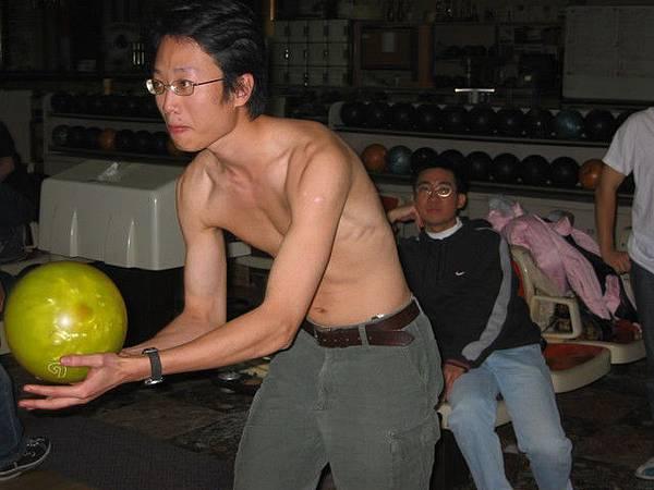 很多年前拍的,輸的人要脫衣服打球
