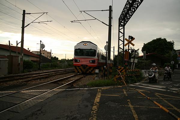 站的離火車太近  有點被車風刮到  恐怖真的