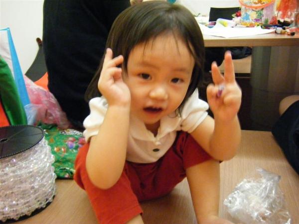 包喜糖吃喜糖的小女孩.JPG