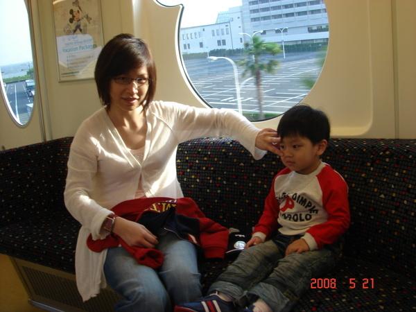 媽咪幫小子裝可愛