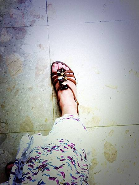 新鞋,馬上在櫃內換穿上