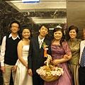 庭瑀全家福-左邊算起是,弟弟、妹妹、新郎-士淵、新娘-庭瑀、媽媽、爸爸