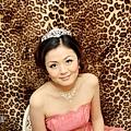 典雅公主眼妝的部份-GG是運用粉紅色和綠色漸層,眼頭刷些白色珠光,打造花朵眼妝~