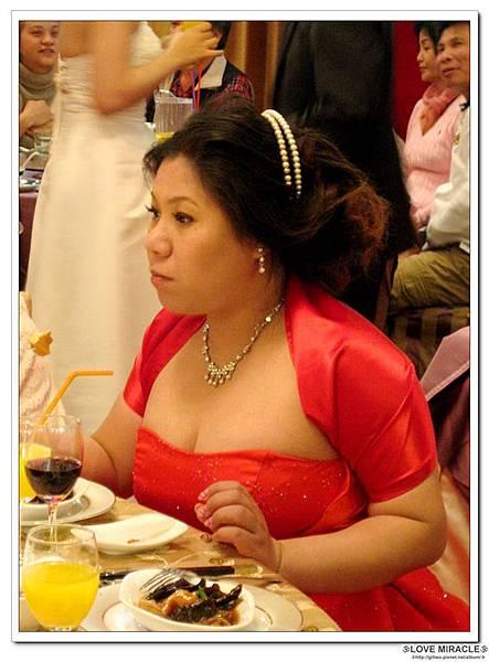 本來是想幫純搭配紅色的花花,但可能是婚紗照都是戴花花的純,戴怕了花,所以趕快拿出了珍珠頭圈,嗯,也不賴!!