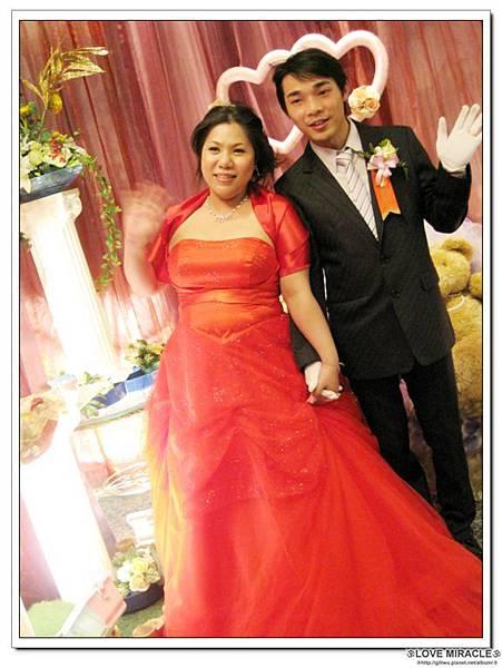 為啥他們要一直揮手呢??其實前面是有台攝影G,因為要拍攝最後的END嚕~讓這幸福的婚禮有個超完美的END~