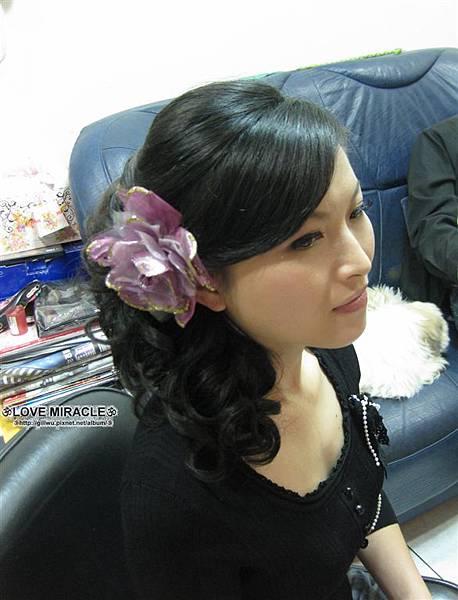 側邊的髮型是秋燕比較喜歡的感覺,所以馬上幫秋燕再換了一個側邊浪漫捲造型,搭上紫色的花,更覺得浪漫了呢,之前有試戴紅色的花,也很美,可惜沒拍起來!!!