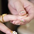 右邊小花花的就是GG做的指甲哦~(伴娘),左邊是秋燕的甲片~其實買現成的甲片就還不錯用說!!!