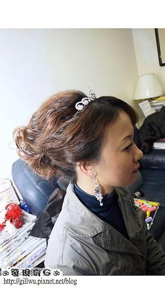 像這一類有點線條的包頭配上皇冠就很貴氣,適合白紗也適合晚禮服~~比起一般包頭來說比較有年輕的FU說!!!^D^`
