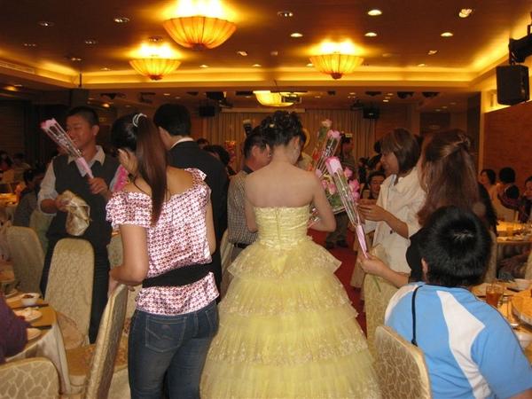 梅子這件黃色禮服,真是好看,蛋糕澎澎裙~好美哦!!