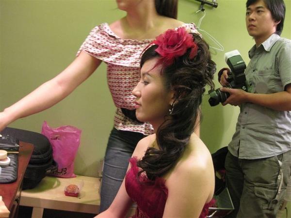 配上紅色的大花花,跟梅子的紅禮服真配呀!!