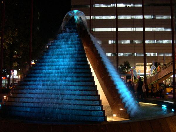 1207變藍色的金字塔