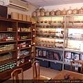 本店有售一廠紫砂壺及台灣曉芳窯、章格銘、黃克強等名家茶器。