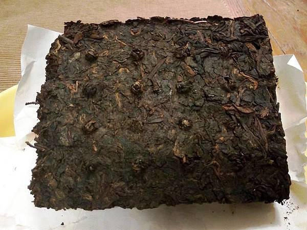 7581磚茶背面有20顆乳丁.才是昆明茶廠製作