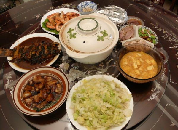 中間的砂鍋裡面是人蔘雞湯
