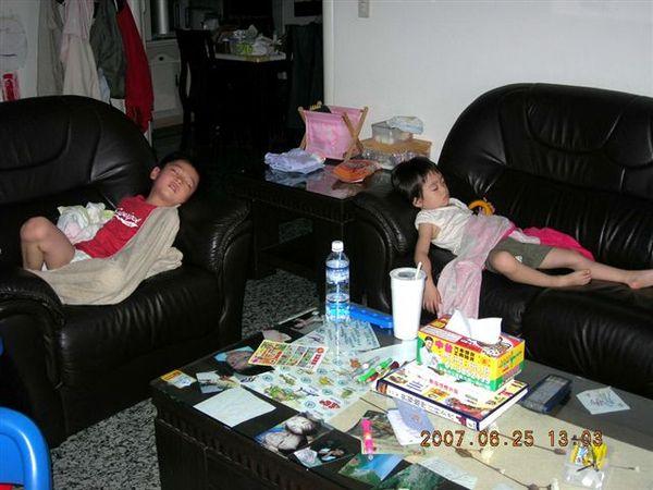 昏睡的兩兄妹