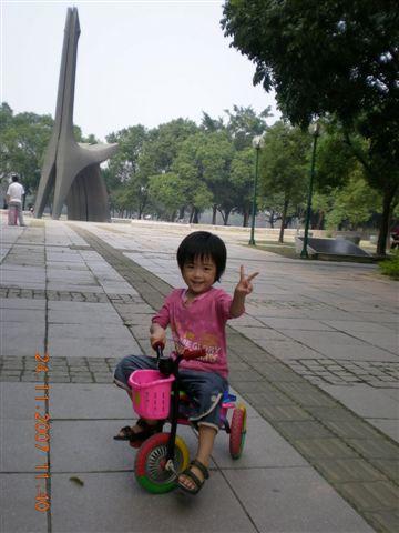 小妹騎小車車