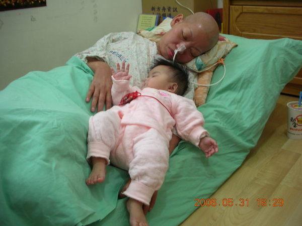 妹睡在阿嬤旁