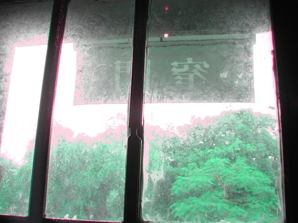 自窄門望向雨中的孔廟