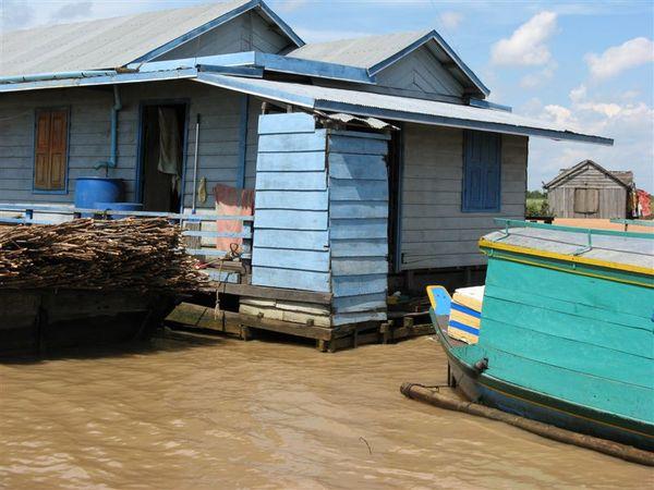 屋外的藍色小屋是廁所