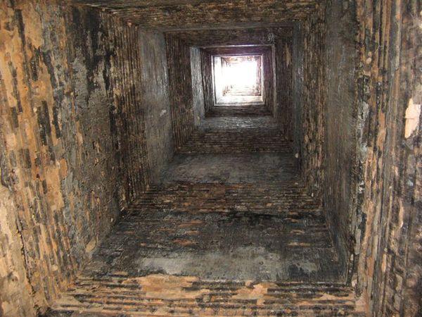 每座塔頂都是中空有洞