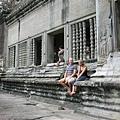 小吳哥寺內休憩的外國觀光客