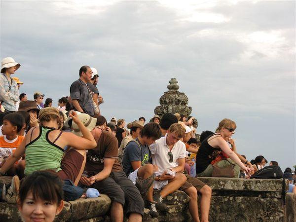 看夕陽的外國觀光客